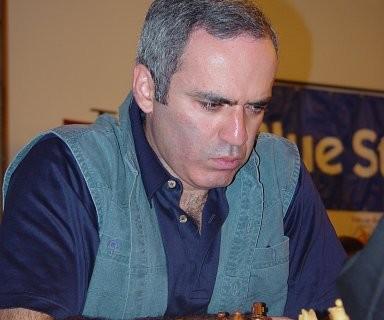 Garri kiebitzt bei den Schachfreunden