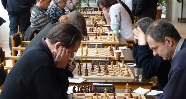 3½:4½ – der Tabellenführer gewinnt